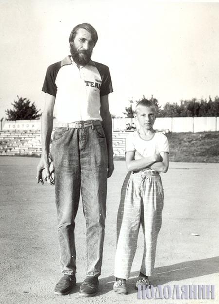 Із сином Андрієм після мотобольного матчу. Літо 1993 р. Фото Віталія Бабляка