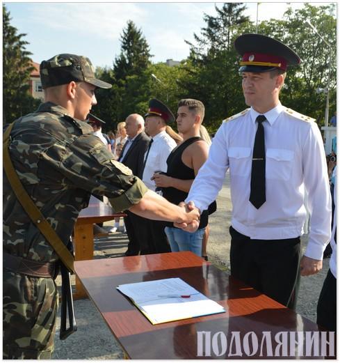 Начальник кафедри полковник Євген Брижатий вітає випускника