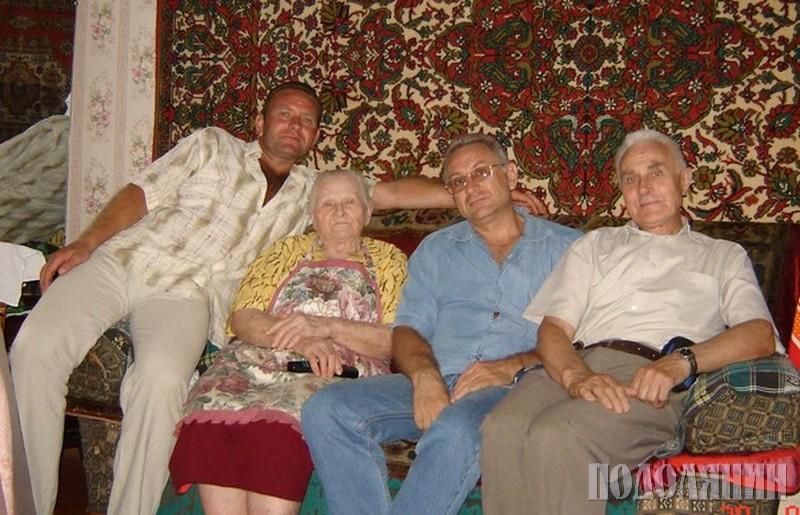 Олена Станіславівна з онуками В'ячеславом і Володимиром та сином Олегом