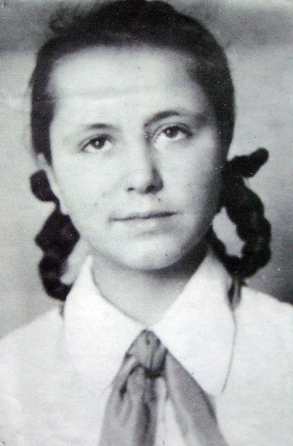 Наталя Кащук - третьокласниця п'ятої жіночої школи Кам'янця-Подільського
