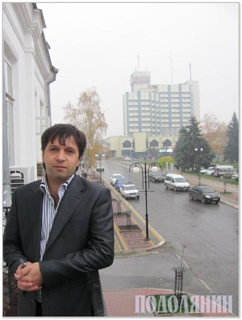Олександр Бабчинський любується відремонтованою частиною тротуару