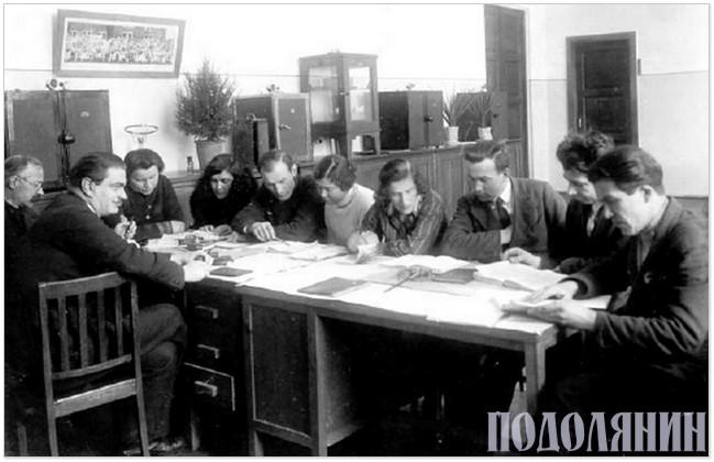 Микола Тарнавський (третій праворуч) зі співробітниками відділу генетики