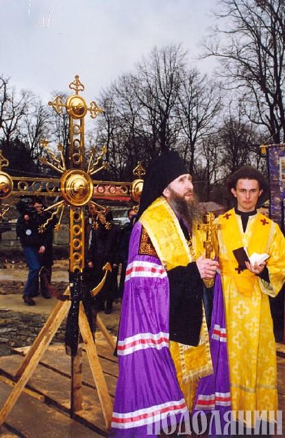 Владика Феодор освячує хрест центрального купола
