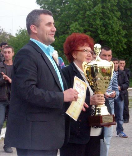 Кубок імені КРУПИЦЬКОГО вручає його дружина Валентина Олексійовна та Віктор ДОРОЖ