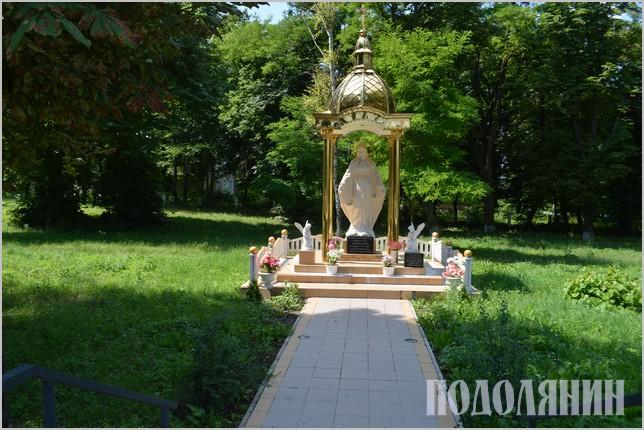 Статуя Божої Матері в сільському сквері