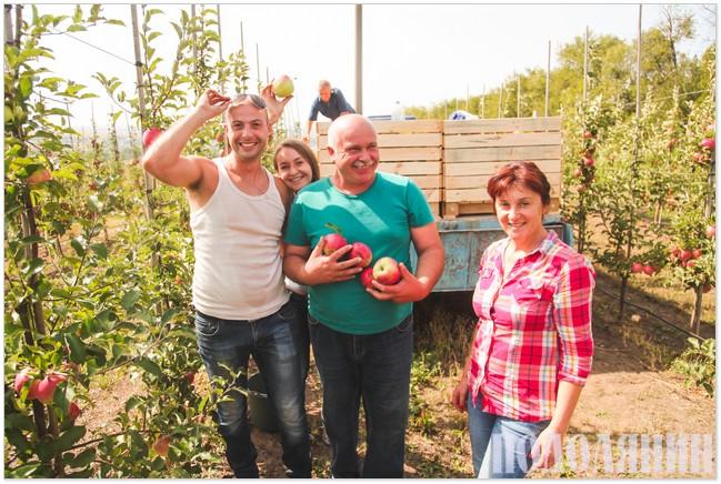 Подружжя Кучменків із донькою та зятем у власному саду