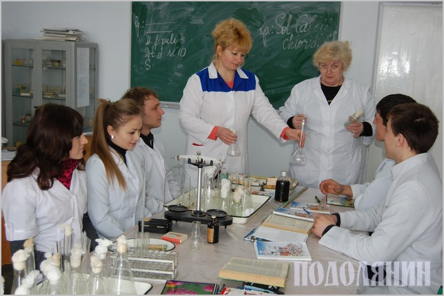 Доцент Надія Слюсар проводить заняття із фармакології
