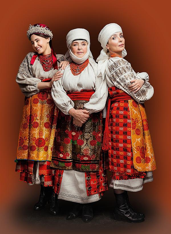 Для проекту «Щирі» актриса Ада Роговцева з донькою Катериною Степанковою і онукою Дашею позували у костюмах Чернігівського регіону кінця XIX - початку XX ст.
