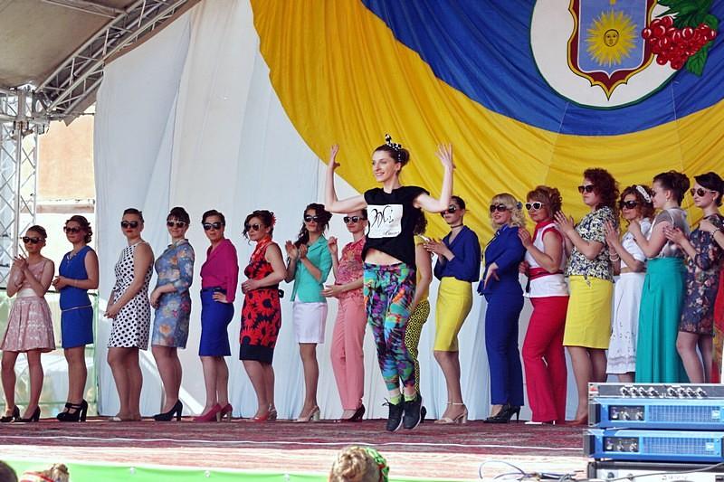 Фітнес-тренер Світлана Шеремета з танцювальною композицією. На задньому плані - моделі в сонцезахисних окулярах