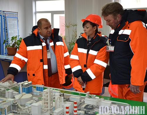 Семен Дарчук наглядно демонструє роботу заводу Нікі Хартері