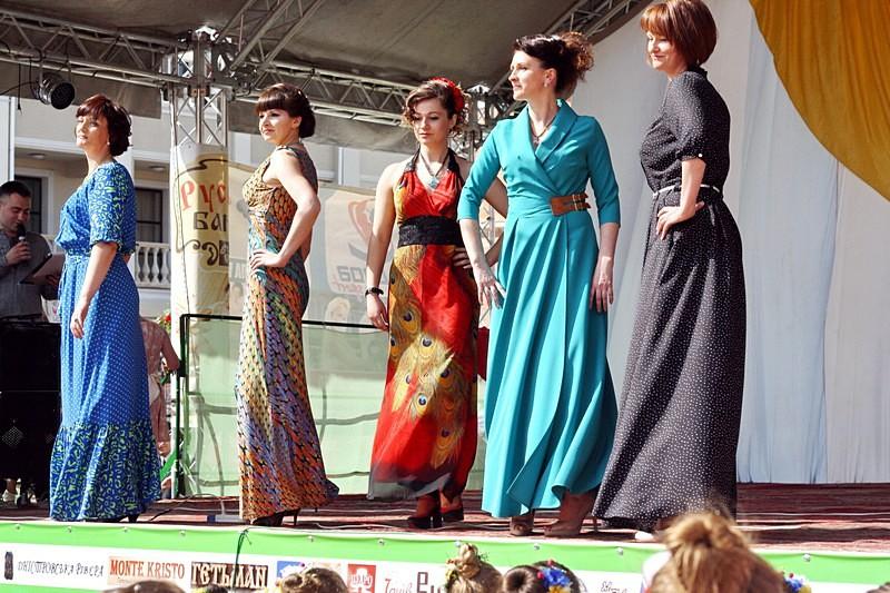 Вишукані сукні від магазину «Petro Soroka» демонструють члени клубу «FitCurves»