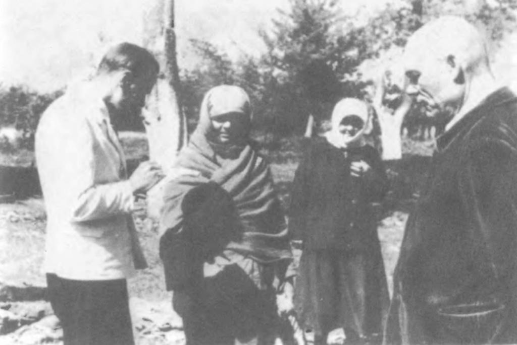 Аполлон Трембовецький (крайній ліворуч)  розмовляє з родичами загиблих.  Вінниця, 1943 рік