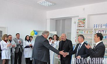 Начальник міськуправління охорони здоров'я Юрій ПЛИВАНЮК   тисне руку інвестору Анатолію ЗАЛЮБОВСЬКОМУ
