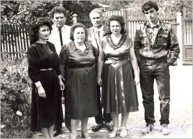Справа наліво: Володимир Мельниченко з мамою Валентиною Михайлівною, дідусем Михайлом Даниловичем і бабусею Зінаїдою Михайлівною, дядею Анатолієм і його дружиною Марією