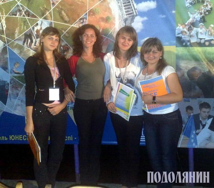 Наталя ГОМІЛКА, Юлія ПАВЛЮКОВИЧ (учитель), Вікторія ПАВЛЮК та Олена СОЛОВЕЙ