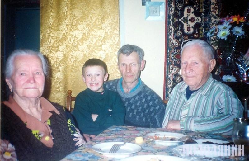 Разом iз ювiляром дружина Людмила, син Михайло та онук Андрiй