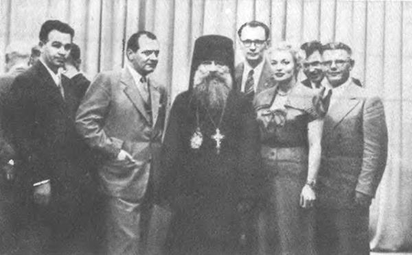 Свідки більшовицьких злочинів перед виступом на телебаченні Вашингтона влітку 1954 року. Аполлон Трембовецький стоїть  в окулярах за архиєпископом Григорієм