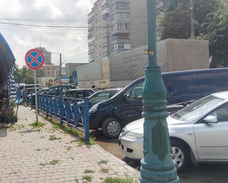 Додаткова смуга проспекту біля ринку, котра могла б спростити пересування вантажівок та інших авто, вщент забита залізними конями, що припаркувалися просто під знаком «Зупинку заборонено»