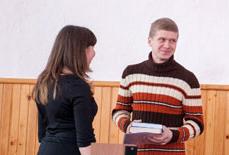 Ольга Комарова вручає нагороду   Юрію Ковальчуку