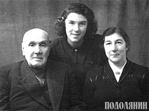 Молода Михайлина з батьками