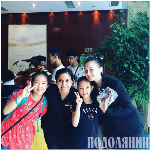 У готелі Нанкіна із колегою-мексиканкою та маленькими гостями з Кореї