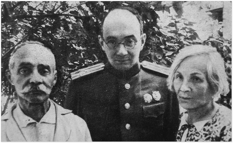 Микола Бажан із батьком Платоном Артемовичем і матір'ю Галиною Аркадіївною, 1944 рік