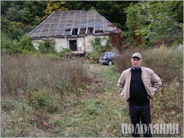 Геннадій Коваленко біля напівзруйнованого нині батьківського дому