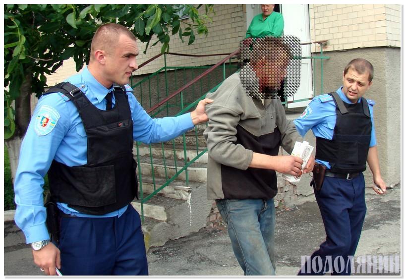 Правоохоронці Максим Нісходовський та Віталій Олійник супроводжують п'яничку