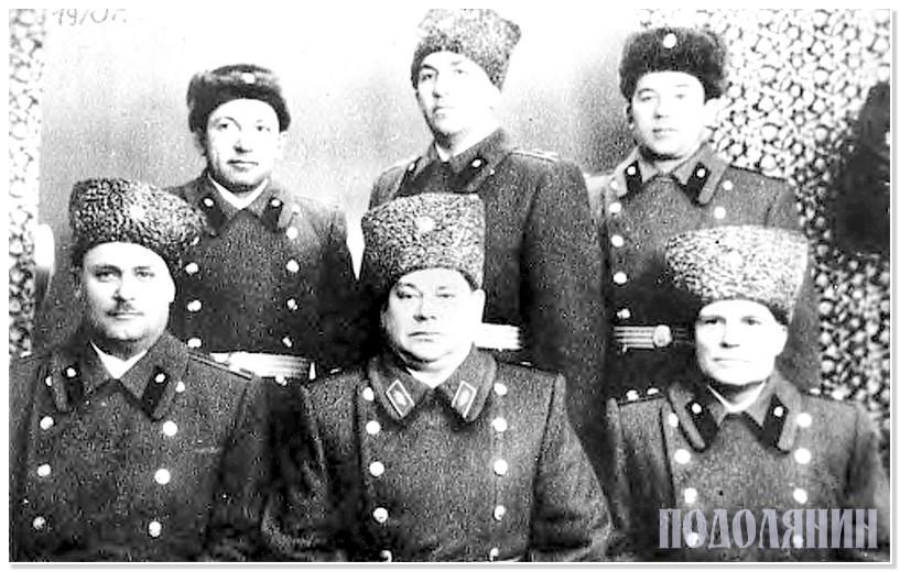 Перший керівний склад училища: І ряд (зліва направо): полковник Крупський, начальник училища полковник Єрмаков, полковник Захаров.  ІІ ряд: полковник Килимчук, полковник Криксунов, підполковник Щербина