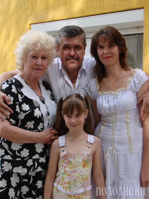 З мамою Вірою Василівною, донькою Вітою  та онучкою Дашею
