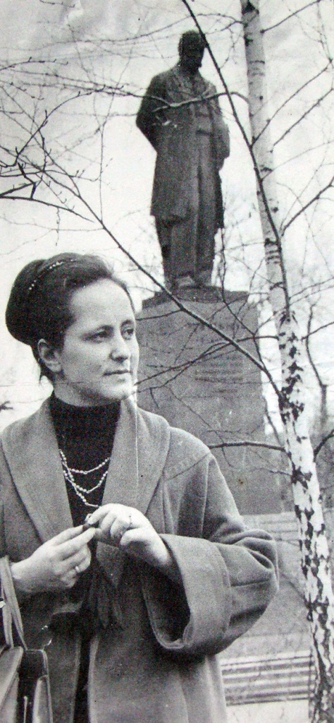 Наталя Кащук біля пам'ятника  Тарасові Шевченку