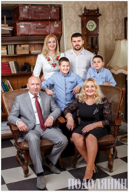 Дружна родина: Михайло і Алла Сімашкевичі з дітьми: донькою Юлією і зятем Геннадієм   та онуками Давидом і Богданом. Листопад 2016 р.
