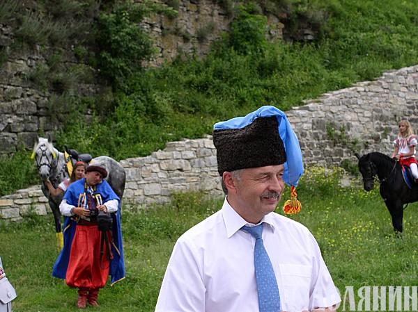 Пан СИДОР подарував нашому Анатолію Макаровичу НЕСТЕРУКУ козацьку шапку.