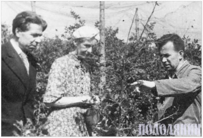 Микола Тарнавський (праворуч) на експериментальній базі в Теремках