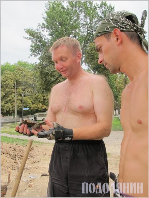 Петро Болтанюк та Ігор Старенький розглядають знахідку