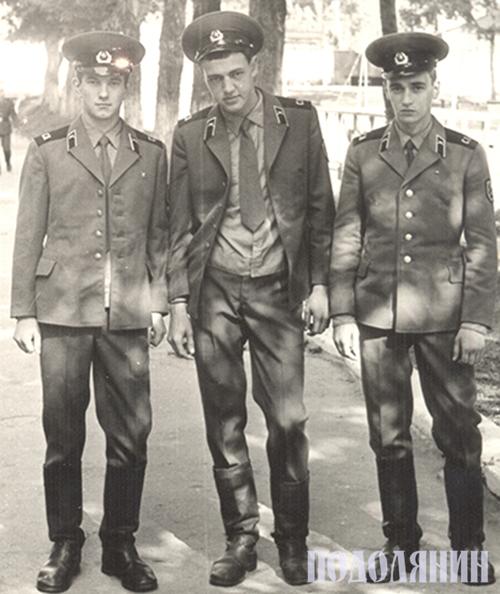 Під час служби в армії. Володимир Мельниченко перший праворуч