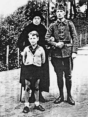 Софія Колчак із сином і внуком. Франція, 1939 р.