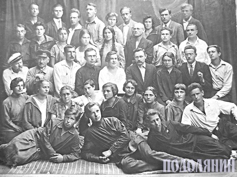 Випуск художньо-промислової школи 1929 року. В другому ряду п'ята як праворуч, так і ліворуч - Людмила Колосовська,  яка стала дружиною Андрія Паравійчука. У верхньому п'ятому ряду третій ліворуч - Володимир Гагенмейстер