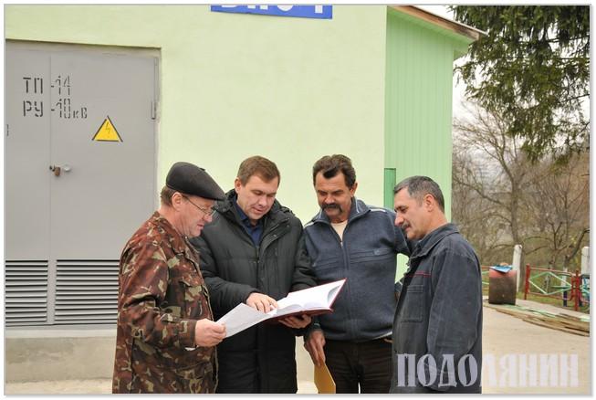 Заступник директора з питань водопостачання та водовідведення   Сергій БОДНАР (другий ліворуч) проводить оперативну нараду на ВНС-1