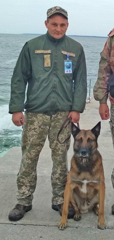 Кінолог сержант Андрій ДІБОЛЬСЬКИЙ із помічником Хардом