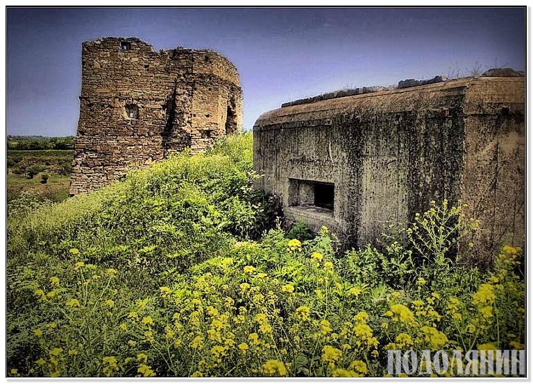 Башта Жванецького замку та побудована біля неї кулеметна довгочасна фортифікаційна споруда