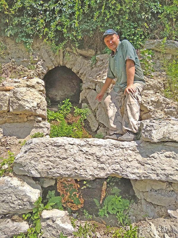 Петро Болтанюк досліджує один зі збережених водостоків на вул.Успенська