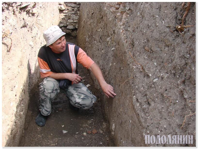 Археолог Петро БОЛТАНЮК «читає» давній вал у зрізі багатовікових нашарувань