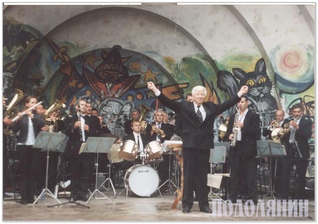З жіночим ансамблем «Мажереток» під час марш-параду. м. Хмельницький, 2003 р.