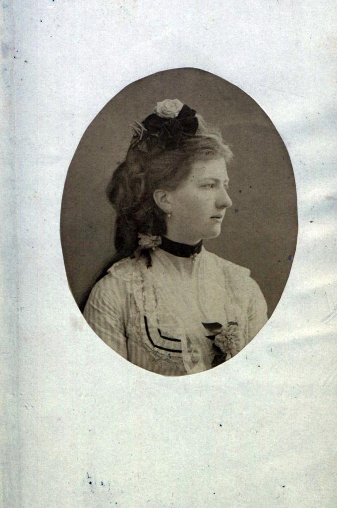 Зображення перше: фотопортрет Лаури з II тому збірки її віршів