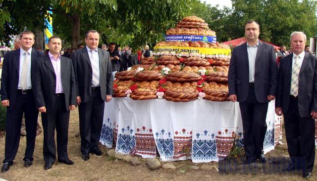 «АГРО-ПОДІЛЛЯ-2011» ВІДЗНАЧИЛOСЯ НАЙБІЛЬШИМ КОРОВАЄМ В УКРАЇНІ