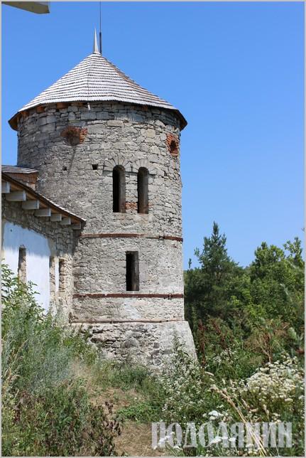 Башта в селі Отроків