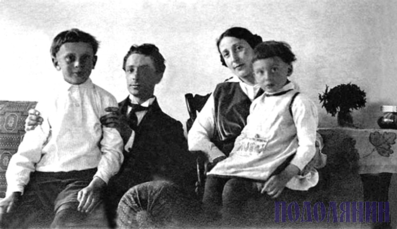 Із синами та Борисом ЗБАРСЬКИМ, 1916 р.