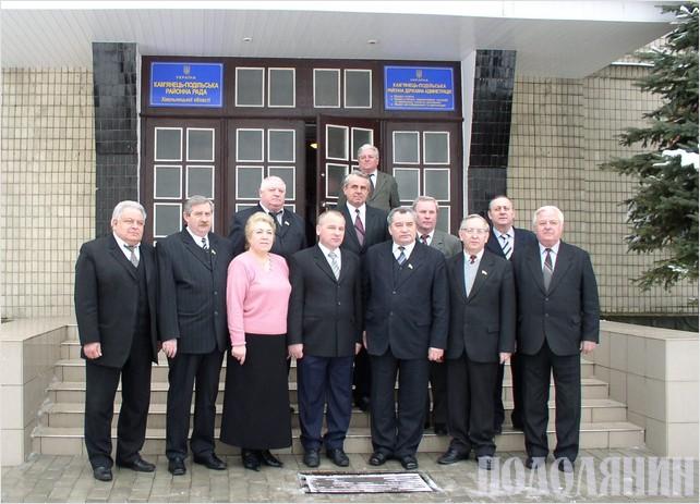 Голова райради у 2002-2006 роках Едуард Кульчицький (третій праворуч)  із представниками депутатського корпусу райради