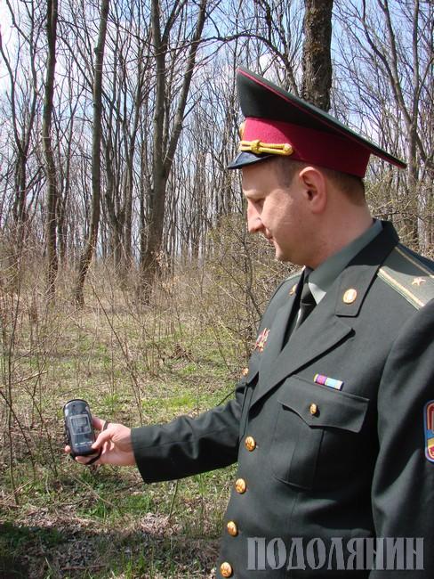 Олександр РУДЕНКО  у лісі заміряє радіаційний фон